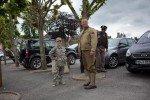 Manchmal mischen sich auf die Stilrichtungen: Hier mimt der Papa den amerikanischen Fallschirmspringer (heile gelandet) und Junior posiert in der neuesten Afghanistan-Mode. (Foto: Andreas Beer)
