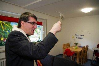 """Pfarrer Günter Eickelmann segnet die neuen Räume des Julie-Postel-Hauses ein - auch die Kita """"Sternenfänger"""". Foto: SMMP/Beer"""