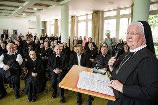 Schwester Aloisia Höing, die am Samstag selbst Geburtstag hatte, begrüߟt die Jubilarinnen und Gäste im Kapitelsaal. Foto. SMMP/Bock