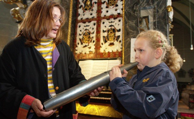 Wann kann man eine Orgelpfeife schon mal auf diese Weise spielen? Marlene Kraft vom Freundeskreis Oelinghausen gibt der achtjährigen Vivian beim Klosterfest dazu die Gelegenheit. Foto: SMMP/Bock