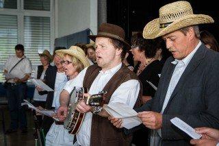 Da Fritz Henneböhl gerne Country-Musik hört, bekam er von seinem Kollegium ein entsprechendes Lied zum Abschied. Foto: SMMP/Bock