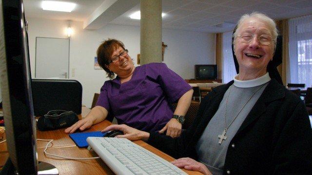 Auch im fortgeschrittenen Alter will Schwester Wiltrudis den Computer noch verstehen. Adriane Tolle-Wesp unterstützt sie dabei. Foto: SMMP/Bock