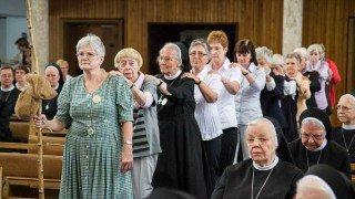 Zum Lobpreis führen Mitglieder der Pladidagemeinschaft während der Eucharistiefeier in der Dreifaltigkeitskirche einen Tanz auf. Foto: SMMP/Bock