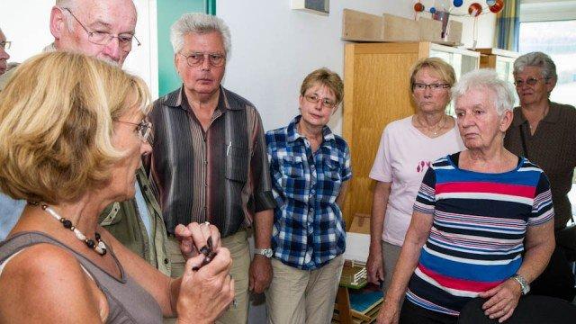 Lehrerin Anke Martini führt Besucher des Bibelsommers durch das Berufskolleg Bergkloster Bestwig. Foto: SMMP/Bock