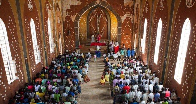 Lebendiger Gottesdienst in Mosambik: Was zieht die Menschen heute noch in die Kirche? Wie lassen Sie sich zum Christ-Sein begeistern? Darum geht es in dem Missionarischen Forum am 14. September. Foto: SMMP