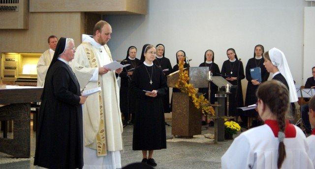 Generaloberin Sr. Aloisia Höing, Pater Jonas Wiemann und Noviziatsleiterin Sr. Maria Elisabeth Goldmann (v.l.) begrüßen die Novizin Sr. Ruth Stengel (r.) vor ihrer ersten zeitlichen Profess in der Kirche. Foto: SMMP/Bock
