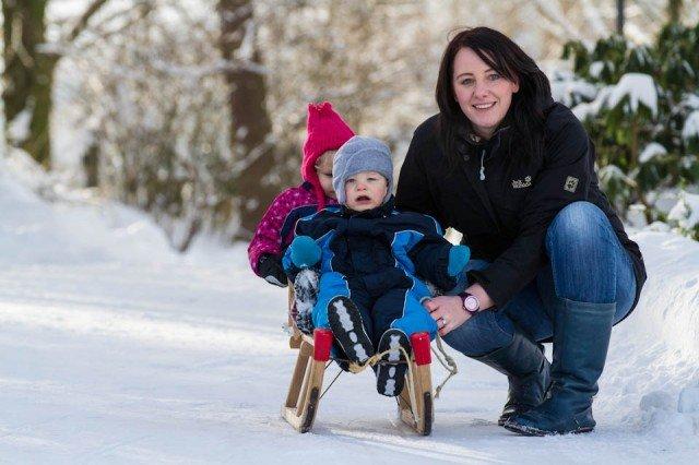 """Ab nach draußen: Erzieherin Anja Steinrücken genießt mit den Kindern aus der Kita """"Sternenfänger"""" des Julie-Postel-Hauses am Bergkloster Bestwig den Schnee. Foto: SMMP/Bock"""