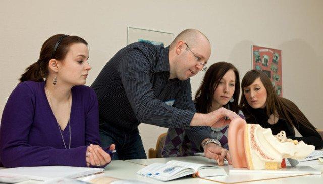 Edis Ahmetspahic mit Auszubildenden im Fachseminar für Altenpflege. Ab Juli bildet die Geseker Einrichtung voraussichtlich dreizügig aus. Foto: SMMP/Pohl