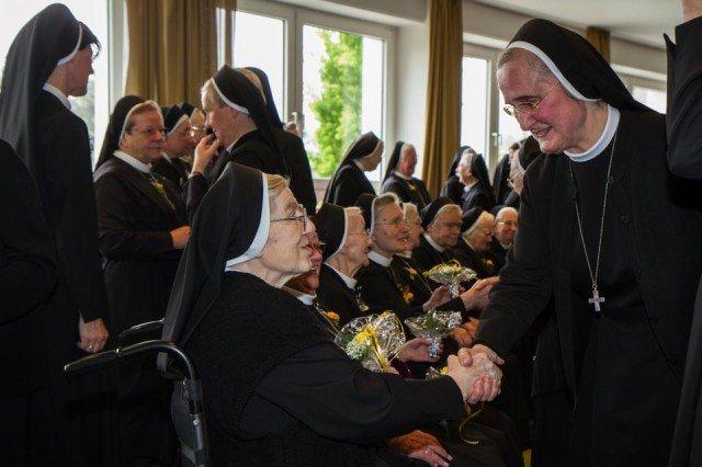 Generalassistentin Schwester Adelgundis Pastusika übernahm in diesem Jahr die Gratulationsansprache, denn die Generaloberin gehört selbst zu den Jubilarinnen. (Foto: SMMP/Beer)