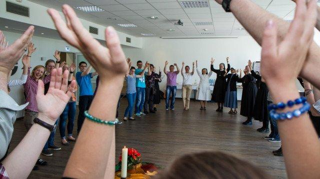 Ob im Gespräch, beim Musizieren oder beim Tanz: Harmonie und intensive Erfahrungen prägen die beiden Tage des Pfingsttreffens im Bergkloster Bestwig. Foto: SMMP/Bock
