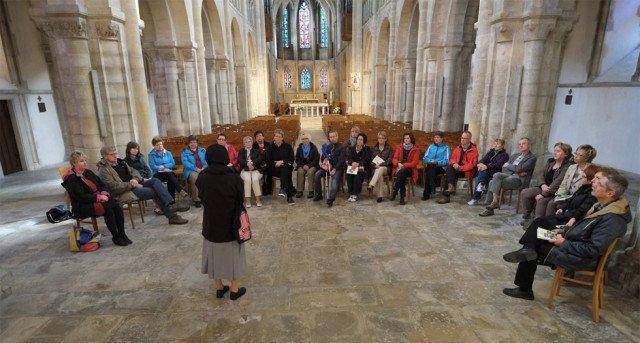 Lebendig erklärt Sr. Theresia Lehmeier den 27 Mitarbeiterinnen und Mitarbeitern aus den Einrichtungen und Diensten der Ordensgemeinschaft die Abtei St. Sauveur-le-Vicomte. Foto: SMMP/Dabrock