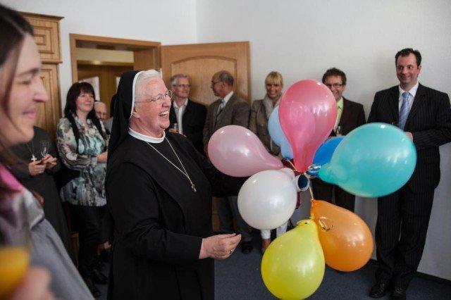 Viele bunte Luftballons und einen ganz großen: Schwester Aloisia entschwebt. (Foto: SMMP/Beer)