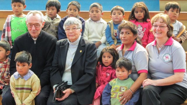 Vor fünf Jahren übergaben Sr. Ingrid Pentzek (2.v.l.) und Pater Eric Williner die Leitung der Aldea an Petra Sadura (r.). Erzbischof Monsignore Tito Solares (l.) unterstützt das Kinderdorf und ließ es sich nicht nehmen, bei der Feier dabei zu sein. Foto: Schmidt-Teige/SMMP