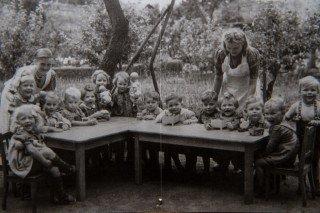 Kindergartenalltag in den 50er Jahren des 20. Jahrhunderts: Auch die staatlichen Kontrollen des Volksbildungsamtes gehörten dazu. Foto: SMMP/Bock