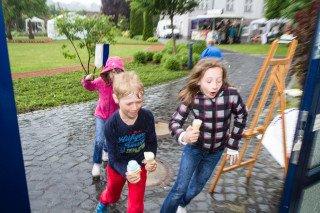 Das Eis schmeckt auch im Regen - man muss es nur schnell ins Trockene bringen. Foto: SMMP/Bock