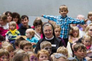 Schwester Theresia Raabe zwischen den Kindern: In wenigen Wochen gibt sie die Leitung des Kindergartens ab. Foto: SMMP/Bock