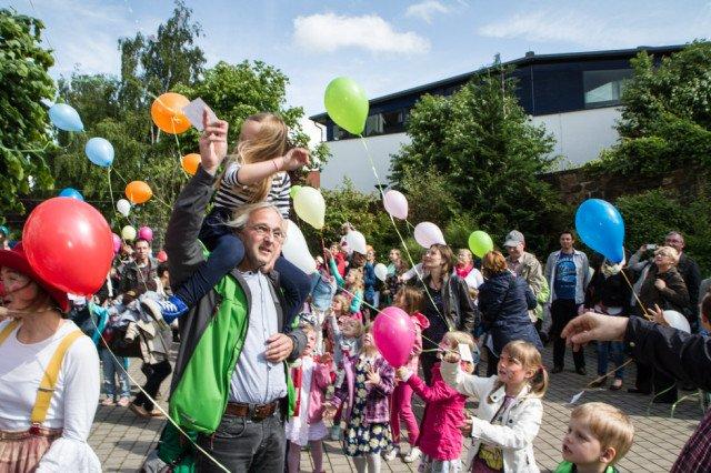 Drei, zwei, eins, null - und schon steigen 150 Jubiläums-Luftballons in den Himmel. Foto: SMMP/Bock