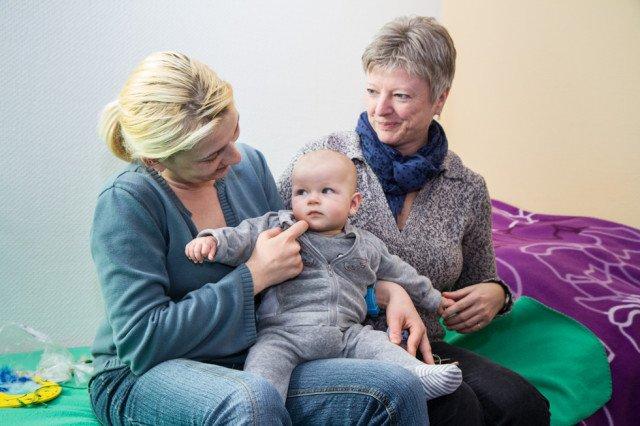 Diese Mutter darf auf ein weiteres Zusammenleben mit ihrer Tochter hoffen. Ursula Jenke, die Leiterin des Julie-Postel-Hauses, freut sich mit ihr. Foto: SMMP/Bock