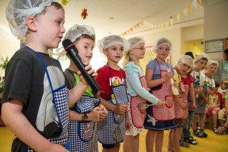 Mit bunten Kostümen, Vorführungen und Liedern verabschiedeten sich die Gruppen des Bergkindergartes von Sr. Theresia Raabe. Foto: SMMP/Bock