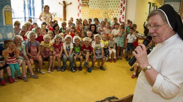 Schwester Theresia verabschiedete sich von den Kindern des Bergkindergartens nach 22 Jahren mit einem Koffer volller Süßigkeiten. Foto: SMMP/Bock