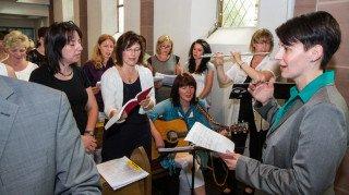 Schon in der Klosterkirche bewies Andrea Pukatzki als Chorleiterin viel Taktgefühl. Foto: SMMP/Bock