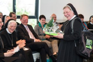 Gut ausgerüstet für den Urlaub bedankte sich Schwester Theresia Raabe bei Mitarbeiterinnen und Eltern für die gute Zusammenarbeit in den zurückliegenden 22 Jahren. Foto: SMMP/Bock