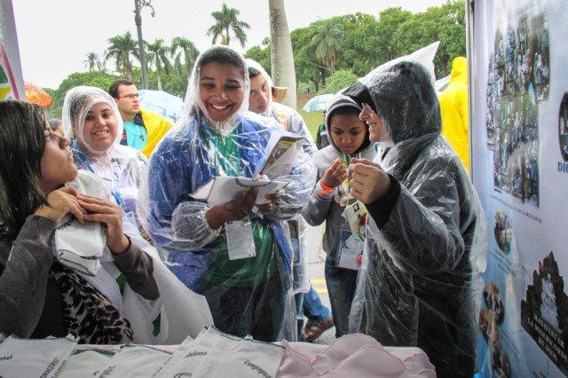 Selbst der Dauerregen schreckt die Besucher des Weltjugendtages in Rio nicht ab, am Stand der Schwestern der heiligen Maria Magdalena Postel mit den Ordebnsfrauen ins Gespräch zu kommen. Foto: SMMP