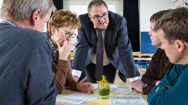 Qualitätsprüfer Stefan Zingler diskutiert in der Gruppenphase mit einigen Lehrerinnen und Lehrern des Beufskollegs, welche Ergebnisse der Analyse ihnen besonder wichtig erscheinen. Foto. SMMP/Bock