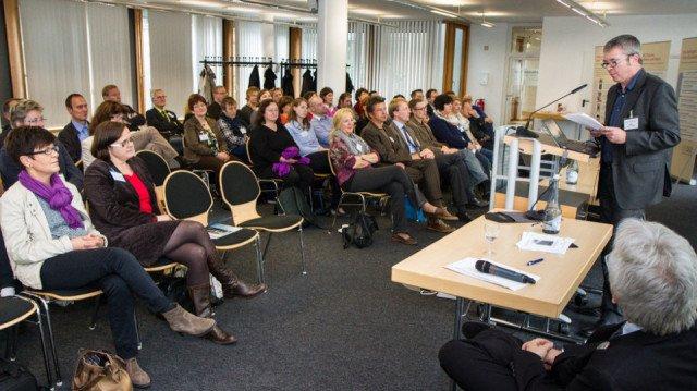 100 Mitarbeiterinnen und Mitarbeiter der Seniorenhilfe-Einrichtungen der Schwestern der heiligen Maria Magdalena Postel und der Franziska-Schervier-Altenhilfe trafen sich zur zweiten Tranfertagung in Gelsenkirchen.