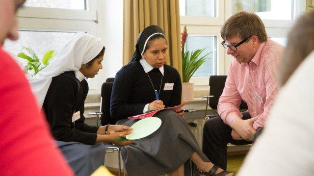 Winfried Meilwes beim Pfingsttreffen 2013 in einer Gesprächsrunde über eigene Aufbrüche. Davon hat er als Mitarbeiter der Ordensgemeinschaft selbst schon einige erlebt. SMMP/Bock