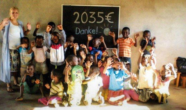 Brückenschlag: Die Missionarin auf Zeit Ann-Christin Wedeking und die Kinder der kleinen Schule Julie Postel aus Mosambik bedanken sich für die Spende der Kolpingjugend aus Wadersloh. Foto: SMMP