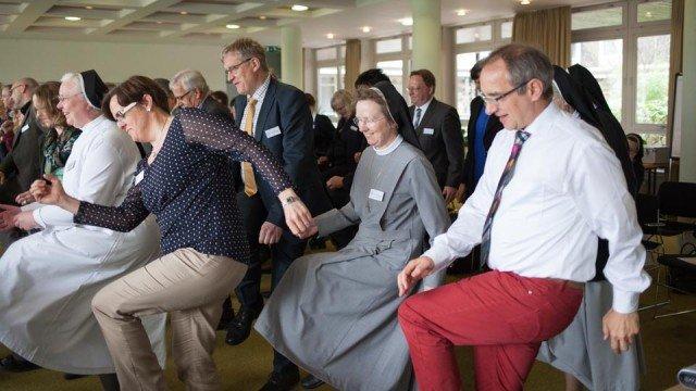 """Eine Organisation bleibt in Bewegung. Hier ist es zwar nur ein Tanz gegen das """"Suppen-Koma"""" nach der Mittagspause, aber auch der Neuorganisationsprozess soll nicht einschlafen. (Foto: SMMP/Beer)"""