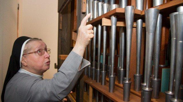 Schwester Maria Gregoria Kupper blickt von der Rückseite in die Roman-Seifert-Orgel, die 40 Jahre nach der Weihe renoviert worden ist. Foto: SMMP/Bock