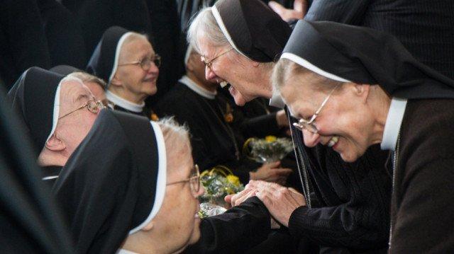 Gratulation: Die 24 anwesenden Jubilarinnen nehmen die Glückwünsche ihrer Mitschwestern entgegen. Foto: SMMP/Bock
