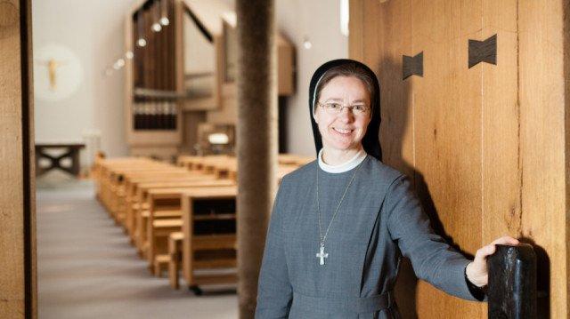 Schwester Maria Elisabeth Goldman öffnet die Türen zur Dreifaltigkeitskirche im Bergkloster Bestwig. Am 10. Mai sind auch viele weitere Türen im Bergkloster geöffnet. Foto: SMMP/Beer