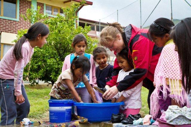 Petra Sadura hilft den KIndern in der Aldea beim Waschen. Foto: SMMP/Bock
