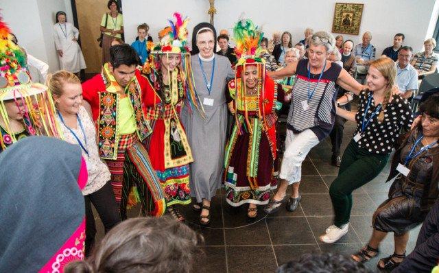 Die Amigos de Bolivia luden beim Treffen der Freunde und Förderer des missionarischen Engagements im Bergkloster Heiligenstadt auch Schwestern und Besucher zum Mittanzen ein. Foto: SMMP/Bock