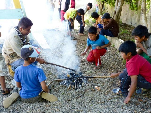 Wie macht man Feuer? (Foto: SMMP/Sadura)