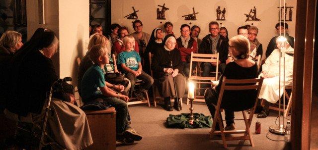 Interessiert lauschen die Besucher den Bibelerzählerinnen und -erzählern an vier verschiedenen Orten der Kirche. Foto: SMMP/Bock
