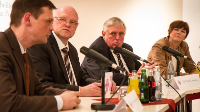 Auf dem Podium (v.l.): Prof. Dr. Roland Brühe, Moderator Günter Eilers, karl-Josef Laumann und Brigitte von Germeten-Ortmann. Foto: SMMP/Bock
