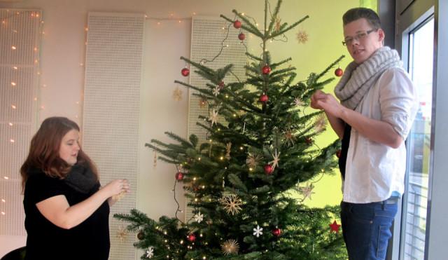 """Baumschmücken am """"Heiligmorgen"""": Auch in der Manege in Berlin-Marzahn wird Weihnachten gefeiert – obwohl nur wenigen Jugendlichen danach zumute ist. Foto: Manege"""