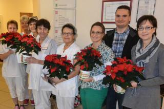 Die Mitarbeiterinnen und Mitarbeiter aus dem Haus St. Josef in Heiden freuen sich über ihren Christstern - das symbolische Dankeschön zur Re-Zertifizierung: der Seniorenhilfe SMMP. Foto: SMMP/Scheffner