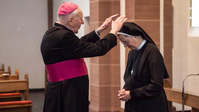 Schwester Maria Thoma Dikow empfängt als neue Generaloberin den Segen von Weihbischof Hans-Reinhard Koch. (Foto: SMMP/Beer)