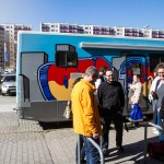 Der Beratungsbus steht jeden Tag vor einer anderen Jobagentur. Das Angebot wird von den jungen Erwachsenen gern angenommen. Foto: SMMP/Bock