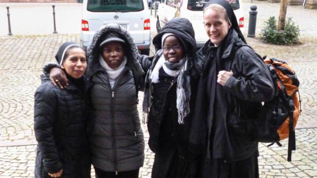Auf zum Hülfensberg: Sr. Guadelupe Céspedes, Sr. Santa Joao Teblo, Sr. Ana Brigida Martinho und Sr. Lucia Maria Schiefner haben ihren Rucksack gepackt. Foto: SMMP