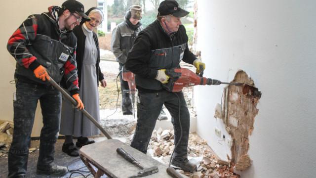 Die Arbeiten für die neue Senioren-WG im Haus Martha haben begonnen. Sr. Pia Elisabeth Hellrung besucht die Arbeiter ibeim Durchbruch für den künftigen Eingangsbereich. Foto: SMMP/Bock