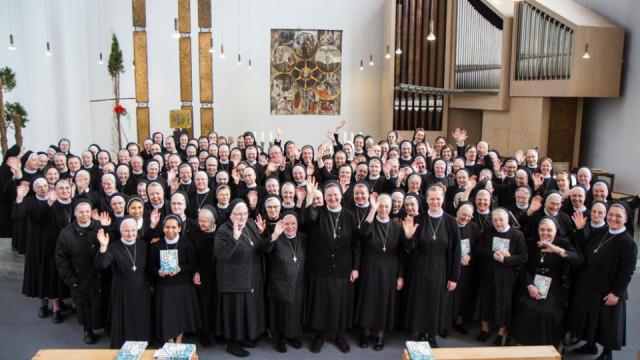 Gruppenfoto: 160 Schwestern der heiligen Maria Magdalena Postel kamen am Sonntagvormittag zur abschließenden Eucharistiefeier des europäischen Provinzkapitels im Bergkloster Bestwig zusammen. Foto: SMMP/Bock