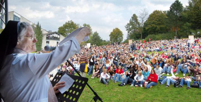 Schwester Pia Elisabeth Hellrung bei der Sternwallfahrt der ordenseigenen Schulen zum Bergkloster Bestwig anlässlich des 200-jährigen Bestehens der Gemeinschaft im September 2007. Sie gibt jetzt ihr Amt als Provinzoberin ab. Foto: SMMP/Ulrich Bock