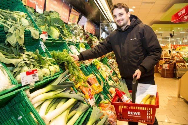 Michael Kalkofen kauft für die Mitarbeiterinnen und Mitarbeiter des Marienkrankenhauses ein. Foto: SMMP/Bock