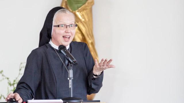 Temperamentvoll berichtete Schwester Margareta Kühn über ihre Arbeit in der Manege in Berlin-Marzahn. Foto. SMMP/ A. Beer